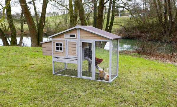 Mobiler Hühnerstall mit Metallrahmen am Boden